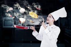 Mujer india que cocina con magia fotografía de archivo