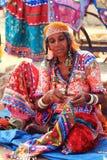 Mujer india que cose la bufanda tradicional hecha a mano imagen de archivo libre de regalías