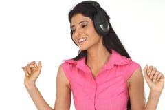Mujer india que disfruta de música Imágenes de archivo libres de regalías