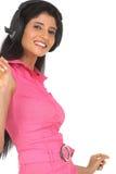 Mujer india que disfruta de música Fotos de archivo libres de regalías