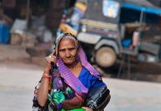 Mujer india que habla en el teléfono móvil en la calle Imagen de archivo