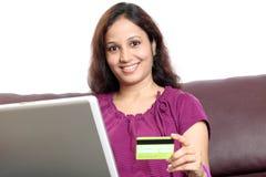 Mujer india que hace compras en línea de hogar Imágenes de archivo libres de regalías