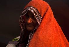 Mujer india que mira Imagenes de archivo