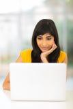 Mujer india que mira el ordenador Fotografía de archivo