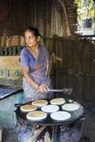 Mujer india que prepara el dosa en una cocina, Auroville imágenes de archivo libres de regalías