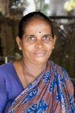 Mujer india que prepara el dosa en una cocina, Auroville fotos de archivo libres de regalías