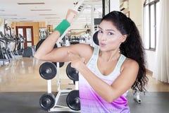 Mujer india que señala en su músculo del brazo Fotografía de archivo