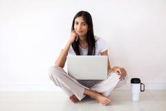 Mujer india que se relaja Imagen de archivo