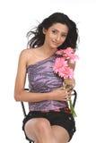 Mujer india que se sienta con las flores de la margarita Imágenes de archivo libres de regalías