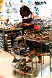 Mujer india que selecciona calzado en un distribuidor al por menor Imagen de archivo libre de regalías