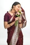 Mujer india que siente las rosas imágenes de archivo libres de regalías