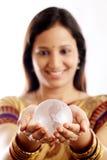 Mujer india que sostiene un globo de cristal Fotos de archivo