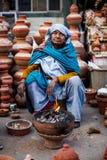 Mujer india que vende los potes de arcilla Fotografía de archivo libre de regalías