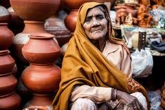 Mujer india que vende los potes de arcilla Fotografía de archivo