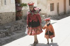 Mujer india quechua y su nieta vestidas en equipo tejido a mano colorido Imágenes de archivo libres de regalías