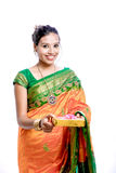 Mujer india tradicional hermosa joven feliz en sari tradicional imagen de archivo libre de regalías
