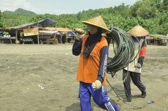 Mujer indonesia de la playa de Sidem de los pescadores fotos de archivo