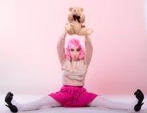 Mujer infantil con el juguete del oso de peluche Foto de archivo