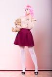 Mujer infantil con el juguete del oso de peluche Fotografía de archivo