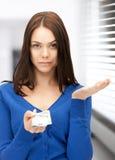 Mujer infeliz con el dinero euro del efectivo Imagen de archivo