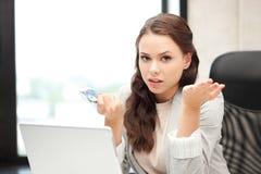 Mujer infeliz con el ordenador y el dinero euro del efectivo Imagen de archivo libre de regalías