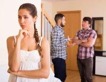 Mujer infeliz con los hombres que tienen problemas Fotos de archivo