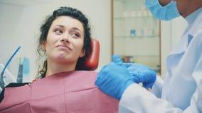 Mujer infeliz del dolor Teniendo un dolor de muelas y visitando a un dentista Shows el lugar del dolor metrajes