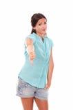 Mujer infeliz en vaqueros cortos con el pulgar abajo Imagen de archivo libre de regalías