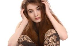 Mujer infeliz joven que mira abajo. Imagen de archivo