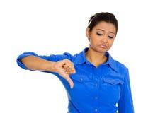 Mujer infeliz que da los pulgares abajo Imagen de archivo libre de regalías