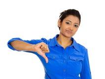 Mujer infeliz que da los pulgares abajo Fotos de archivo