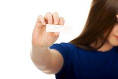 Mujer infeliz que lleva a cabo la prueba de embarazo Fotos de archivo