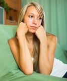 Mujer infeliz rubia en casa Foto de archivo