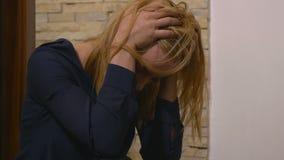 Mujer infeliz triste deprimida atractiva almacen de metraje de vídeo
