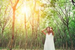 Mujer infeliz triste en el bosque verde, tensión, depresión Imagenes de archivo