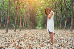 Mujer infeliz triste en el bosque verde, tensión, depresión Foto de archivo libre de regalías
