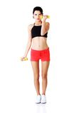 Mujer integral que ejercita con pesas de gimnasia Imagen de archivo libre de regalías
