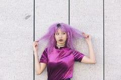 Mujer interracial joven que juega con su pelo afro en un wa divertido Fotografía de archivo