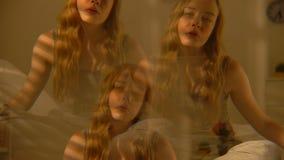 Mujer intoxicada joven, influencia del alcohol, efecto de la alucinaci?n, esquizofrenia almacen de video
