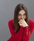 Mujer introvertida 20s que disfruta de una cierta reflexión Foto de archivo