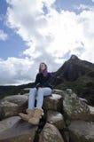 Mujer irlandesa en el terraplén de Giants Imagenes de archivo