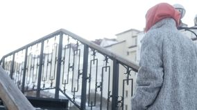 Mujer irreconocible que camina arriba metrajes