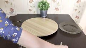 Mujer irreconocible que pone una tabla en casa para la celebración, el partido o la cena almacen de video