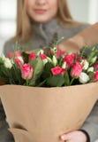 Mujer irreconocible que sostiene el ramo de tulipanes Fotografía de archivo libre de regalías