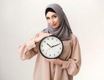 Mujer islámica con el reloj, retrato del estudio imagen de archivo libre de regalías
