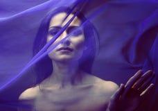Mujer islámica joven de la belleza debajo del velo, hijab azul Imagenes de archivo