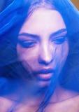 Mujer islámica joven de la belleza debajo del velo, hijab azul en cierre de la cara Foto de archivo