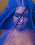 Mujer islámica joven de la belleza debajo del velo, hijab azul en cierre de la cara para arriba, terrorismo del arte Fotos de archivo libres de regalías