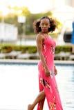 Mujer jamaicana de la imagen común por la piscina fotografía de archivo