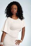 Mujer jamaicana joven atractiva que desgasta una alineada blanca Fotografía de archivo libre de regalías